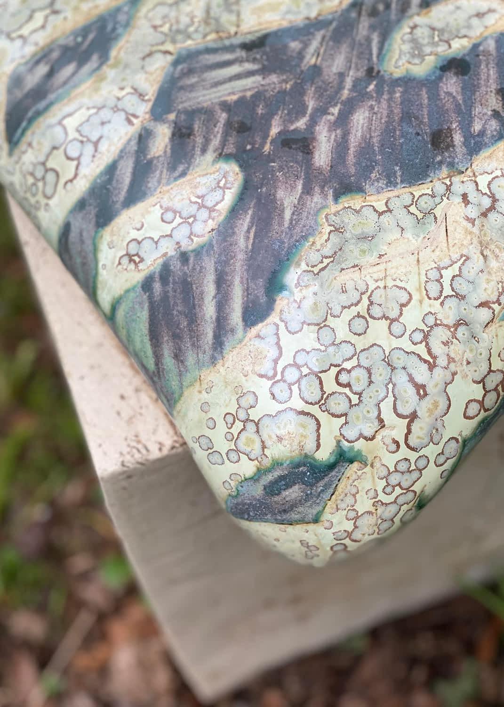 Detaljebillede af en grønglaseret keramisk pude