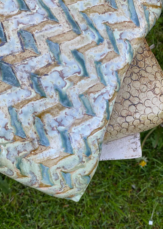 Detalje af 2 puder på en siddeskulptur med glasur