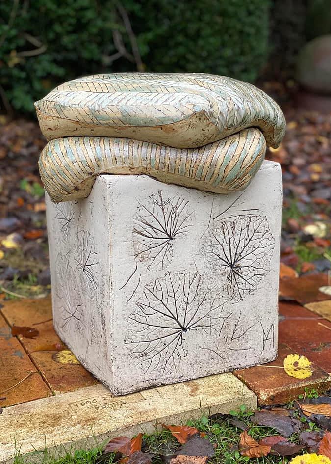 Keramisk skulptur med 2 puder fliser